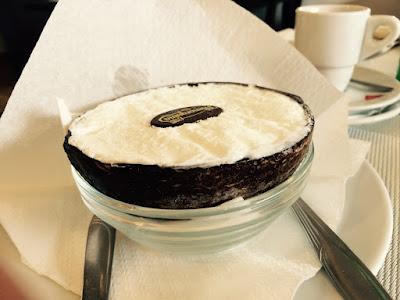Iskrem i et kokosnøttskall.