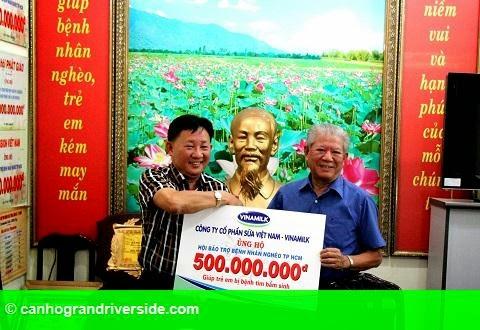 Hình 1: Vinamilk ủng hộ 500 triệu đồng cho trẻ em mổ tim