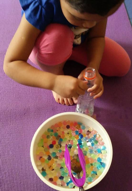 Memasukkan water beads ke dalam botol