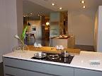 piano cottura ad induzione con cappa incorporata in una cucina con penisola modello Linea M22 Mesons, in vendita a Zogno Bergamo