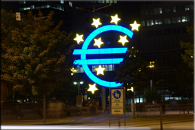 Gran cartel luminoso ante la antigua sede del BCE en Frankfurt