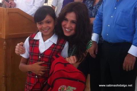Entrega de útiles escolares por parte de la diputada Martha de los Santos