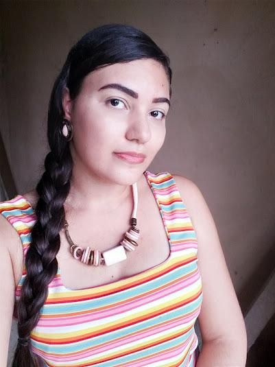 mulher usando colar