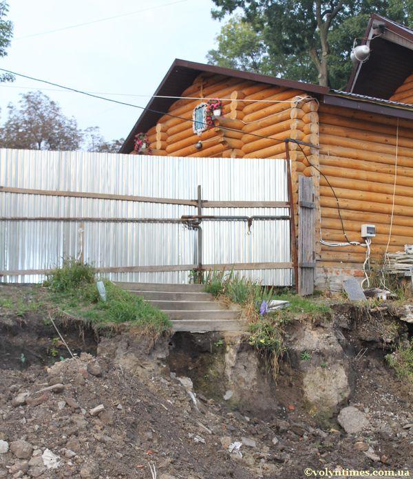 Знищенні сходи в сквері біля 4 школи