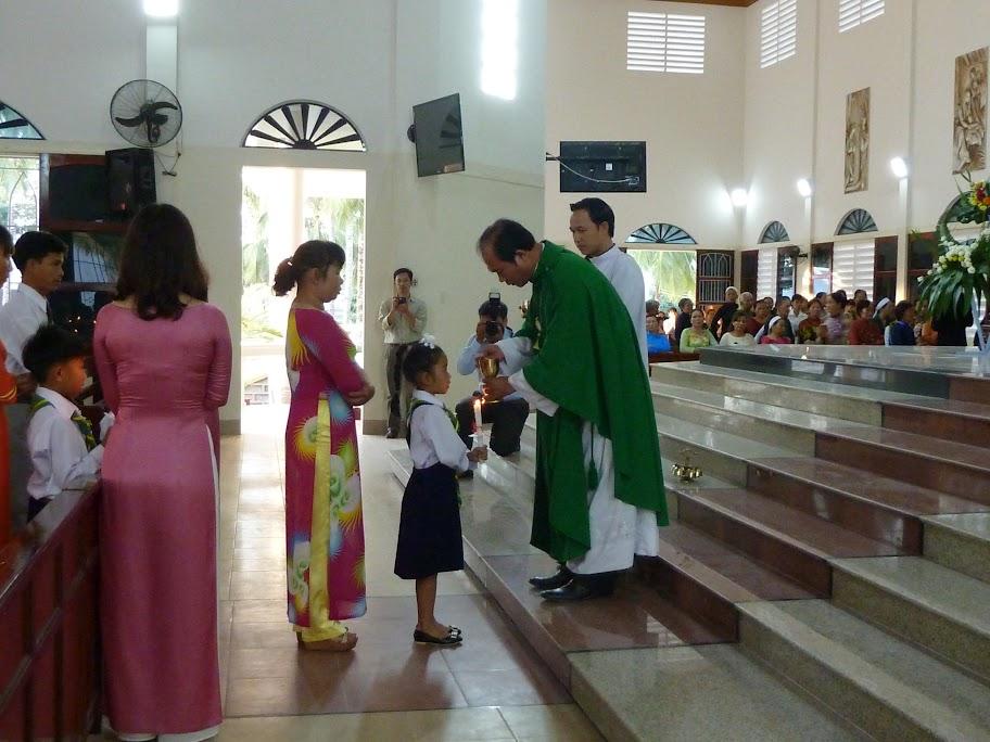 Giáo xứ Hòa Nghĩa: các em xưng tội và rước lễ lần đầu