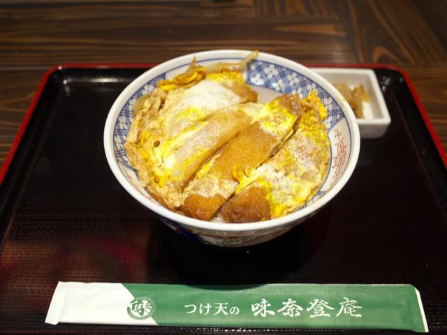カツ丼の全景。箸袋に「つけ天の味奈登庵」と書かれてる