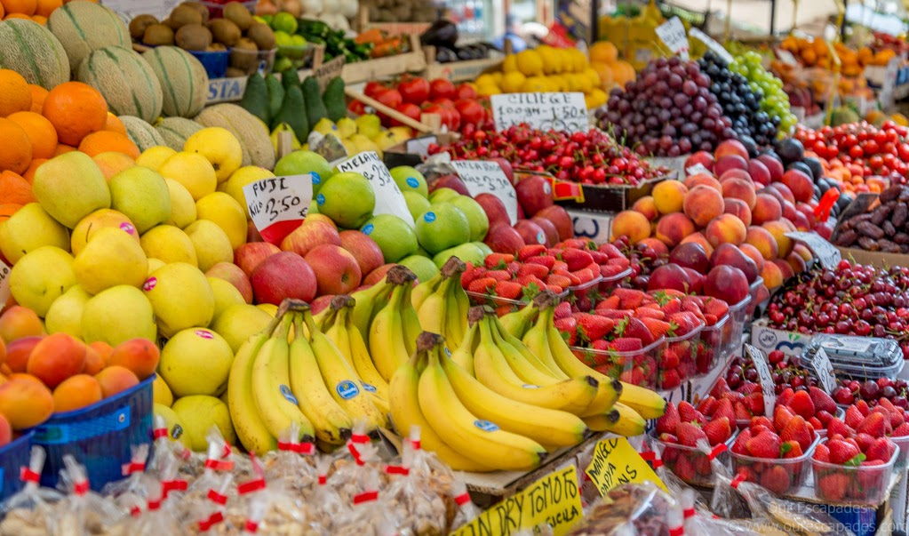 A local market selling frutte e verdure