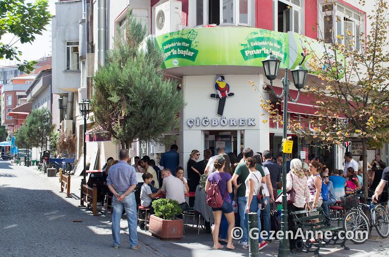 Eskişehir'in ünlü çiğbörekçilerinden en ünlüsü Papağan