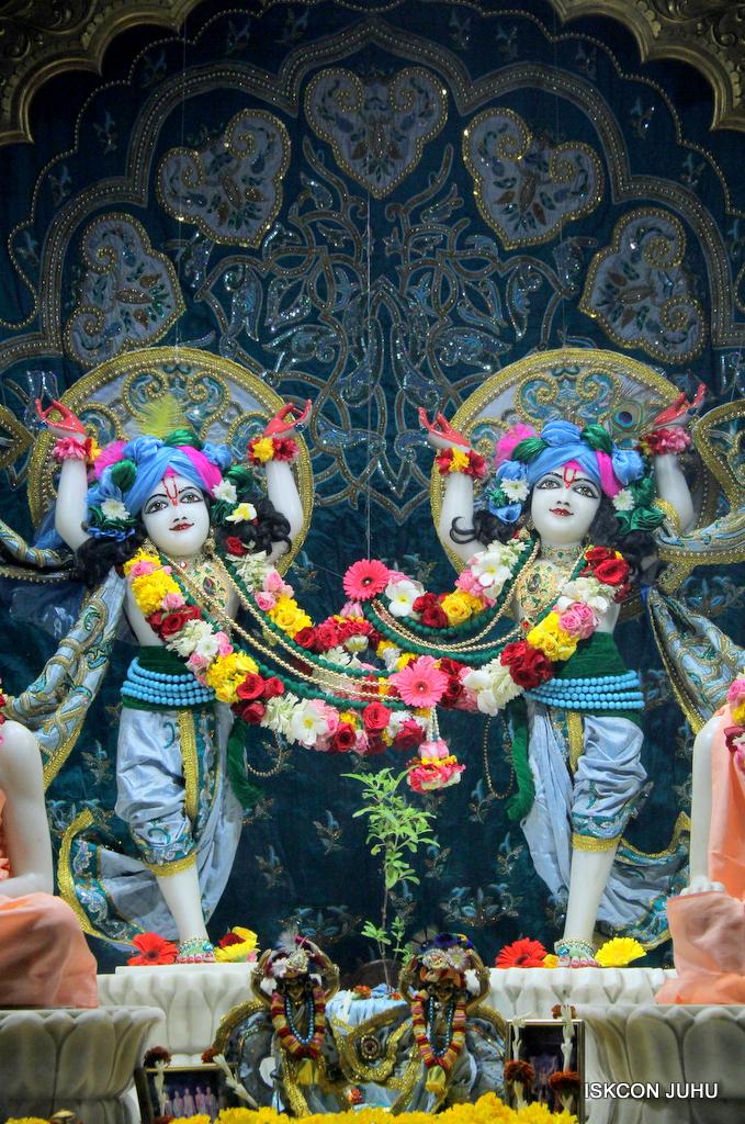 ISKCON Juhu Sringar Deity Darshan on 25th Oct 2016 (41)