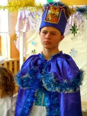 А ось цей хлопчик грав роль Святого Миколая. Серйозний такий)