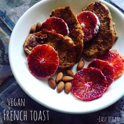 French toast (toast alla francese)- questa è la versione vegan decisamente più sana e digeribile, con pane integrale, non del tutto fritta e ovviamente senza uova. Ecco come preparare questa spaziale e super confortante colazione della domenica, ottima anche per dare nuova vita al pane raffermo...