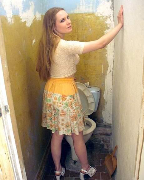 FotosNua.Com loira mijando no banheiro da pastelaria