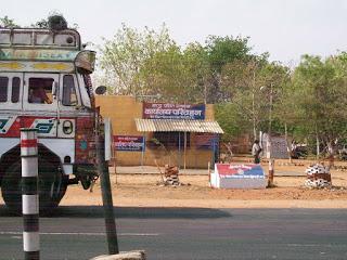 सिकंदरा बैरियर पर अबैध बसूली कर शासन को लगा रहे करोङो का चूना,जानें कैसे होती हैं बसूली | Shivpuri News