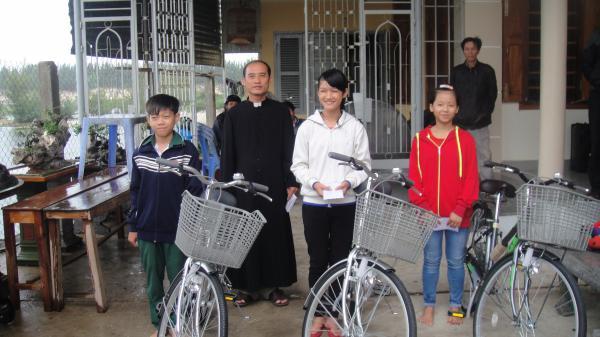 Hình ảnh Giáo xứ Hòn Khói viếng thăm và tặng quà Giáng sinh cho những hộ nghèo trong Giáo xứ