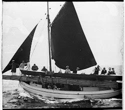 Photo: Ca 1910 Odense Roklub måske på vej til Samsø med båden på båden.
