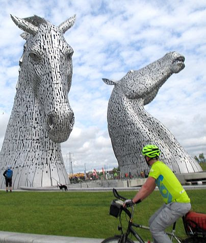 Chris on the Bike, Kelpies, Falkirk, Schottland