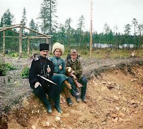 Справа – С.М. Прокудин-Горский. Экспедиция в Архангельскую губернию