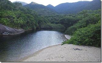 rio-desagua-na-praia-de-parnaioca