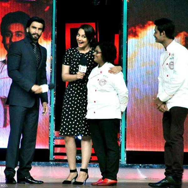 (L-R) Ranveer Singh and Sonakshi Sinha interact with finalists, Doyel Sarangi and Navneet Rastogi at the grand finale of the cookery show Master Chef Season 3, held in Mumbai. (Pic: Viral Bhayani)