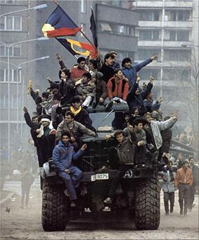 El ejército se solidariza con los manifestantes quienes se toman los tanques de guerra por las calles de Bucarest. (Foto y texto de wikipedia)