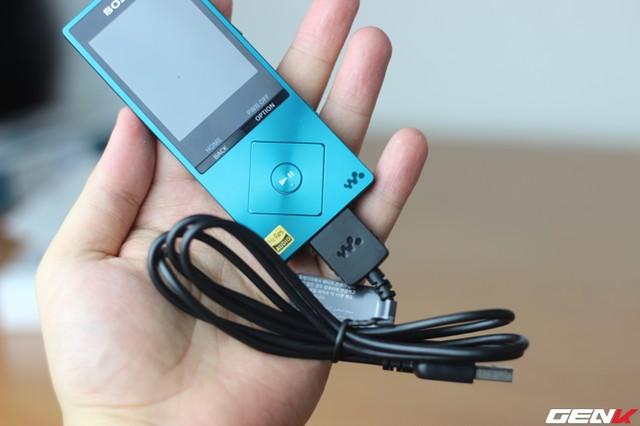 Đi kèm chiếc máy nghe nhạc này là dây sạc riêng của dòng walkman