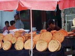 Étale sur le marché de Kashgar, délicieux pain Uyghur