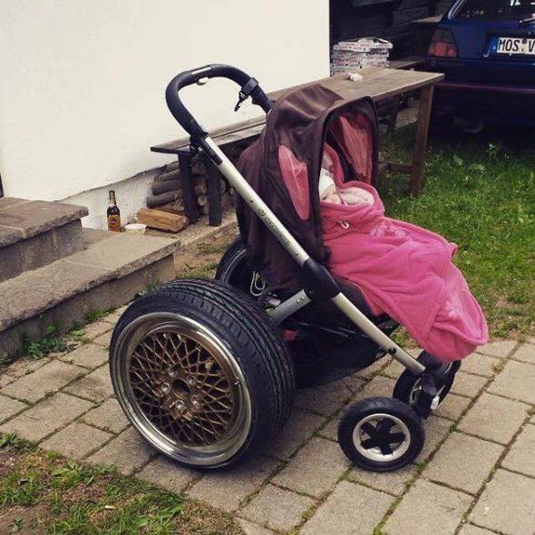 Cochecito con ruedas de coche