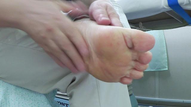 足の裏にクリームを塗ろう