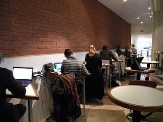 Работать можно и в кафе за одиночными высокими столиками