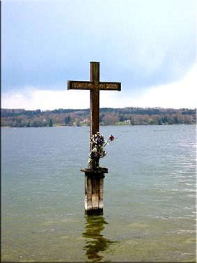 Cruz en el lugar donde se encontró su cuerpo en el lago de Starnberg.