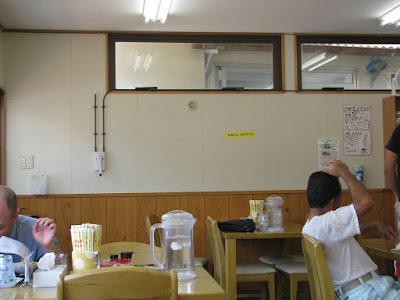 壁には、沖縄のそば屋でよく見かける自画像入りの色紙などが貼られています