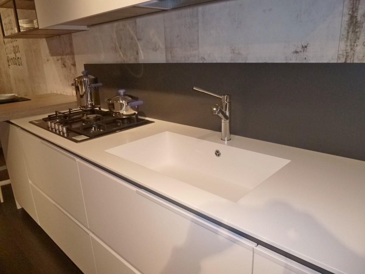 CUCINA ORANGE SNAIDERO - in primo piano il lavello integrato in Pral bianco (simile al corian) .JPG