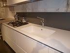 CUCINA ORANGE SNAIDERO - in primo piano il lavello integrato in Pral bianco (simile al corian)