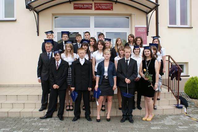 Zakończenie Gimnazjum przed budynkiem bis - DSC08137_1.JPG