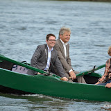 Burgemeesters Voorst en Lochem roeien houten veerboot naar laatste rustplaats