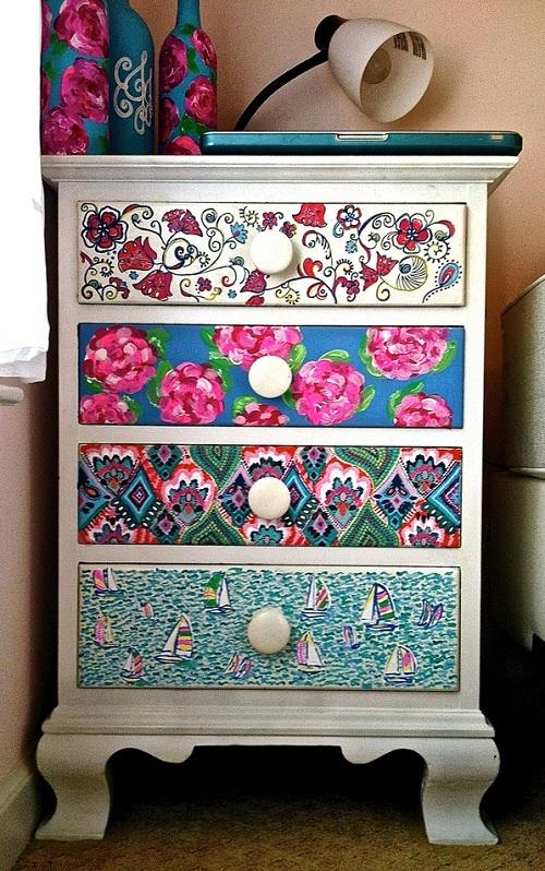 Móvel com gavetas estampadas