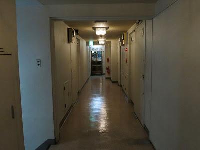 薄暗いビルの通路