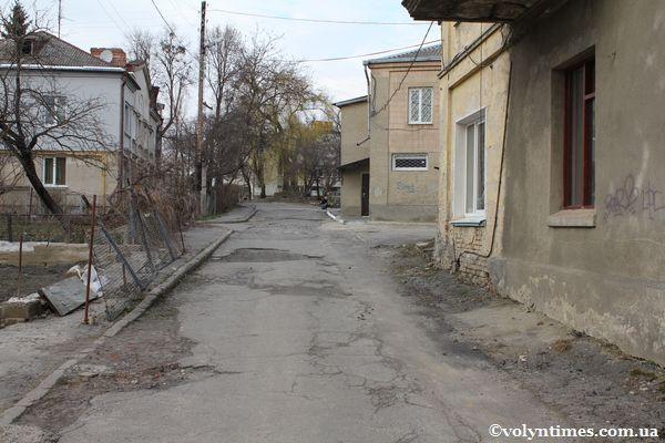 Дорога під вікнами на вул.Горького