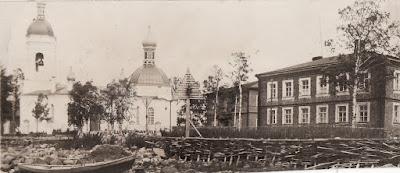 """Рядом с церковью видно здание школы(3 окна на фасаде), справа дом священнослужителей (""""попов дом"""")"""