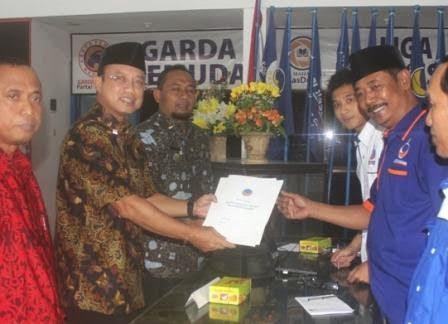 Berita dan Foro  Saat-saat bakal calon bupati Ngawei tandatangani formulir pendaftaran di Partai NasDem
