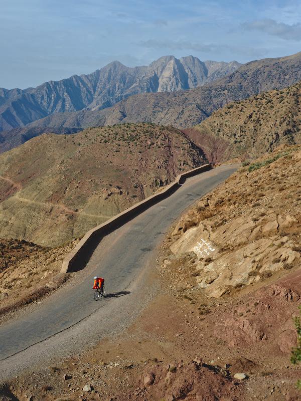 De-ale Atlasului, cu un asfalt ce ne-a zdruncinat destul de bine pe primii kilometri.