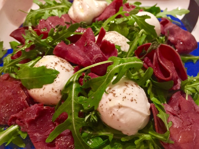 Smoked reindeer, rocket and mozzarella salad
