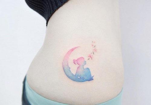 esta_encantadora_menina_sentada_na_lua_tatuagem