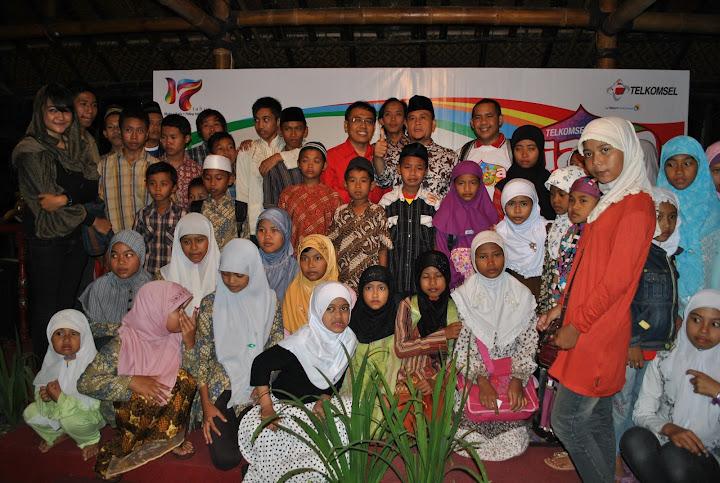 Foto Bersama Anak Yatim, Himmatu dan Telkomsel Jateng - D I Yogyakarta
