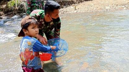 Prada Doni Siswanto, Sambil Cari Ikan juga Sempatkan untuk Mandikan anak-anak