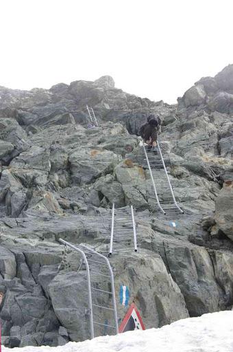 Abordant courageusement les échelles avant le col de Bertol