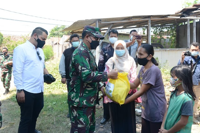 Pangdam III/Slw Peduli Masyarakat Bagikan Paket Sembako Kerumah Warga Di Cirebon