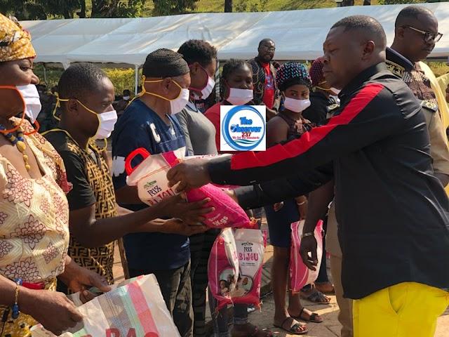 Bamenda II Mayor 'spoils' hundreds with Christmas Gifts