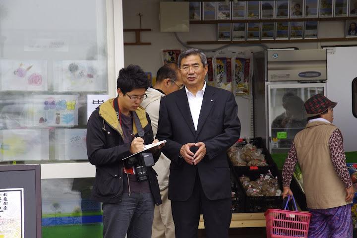 北海道新聞の取材を受ける佐野 町長