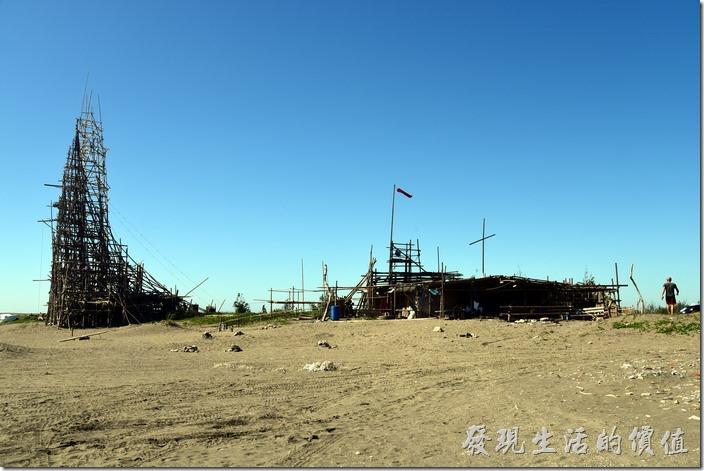 這似乎是漁光島這片海邊的為二建築了,聳立的帆船造型竹架與一旁可供人乘涼的築屋。
